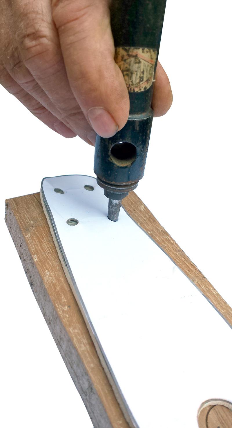 Perçage des trous côté lacets